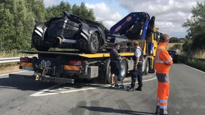 Бэтмобиль был разбит на скоростной трассе во Франции (5 фото)