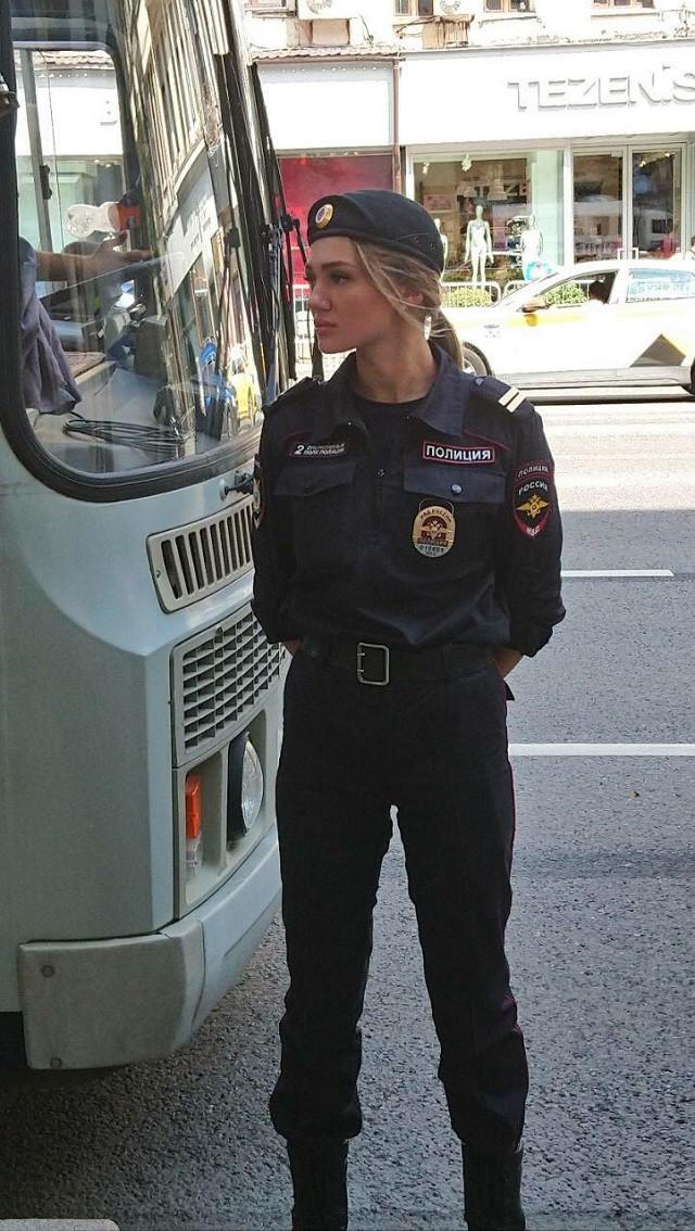 В соцсетях нашли красивого полицейского с митинга 27-го июля (4 фото)