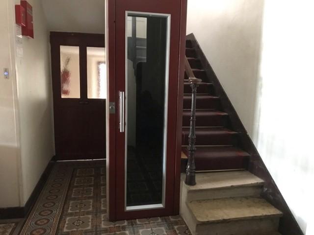 Странный лифт в одном из домов Парижа (3 фото)