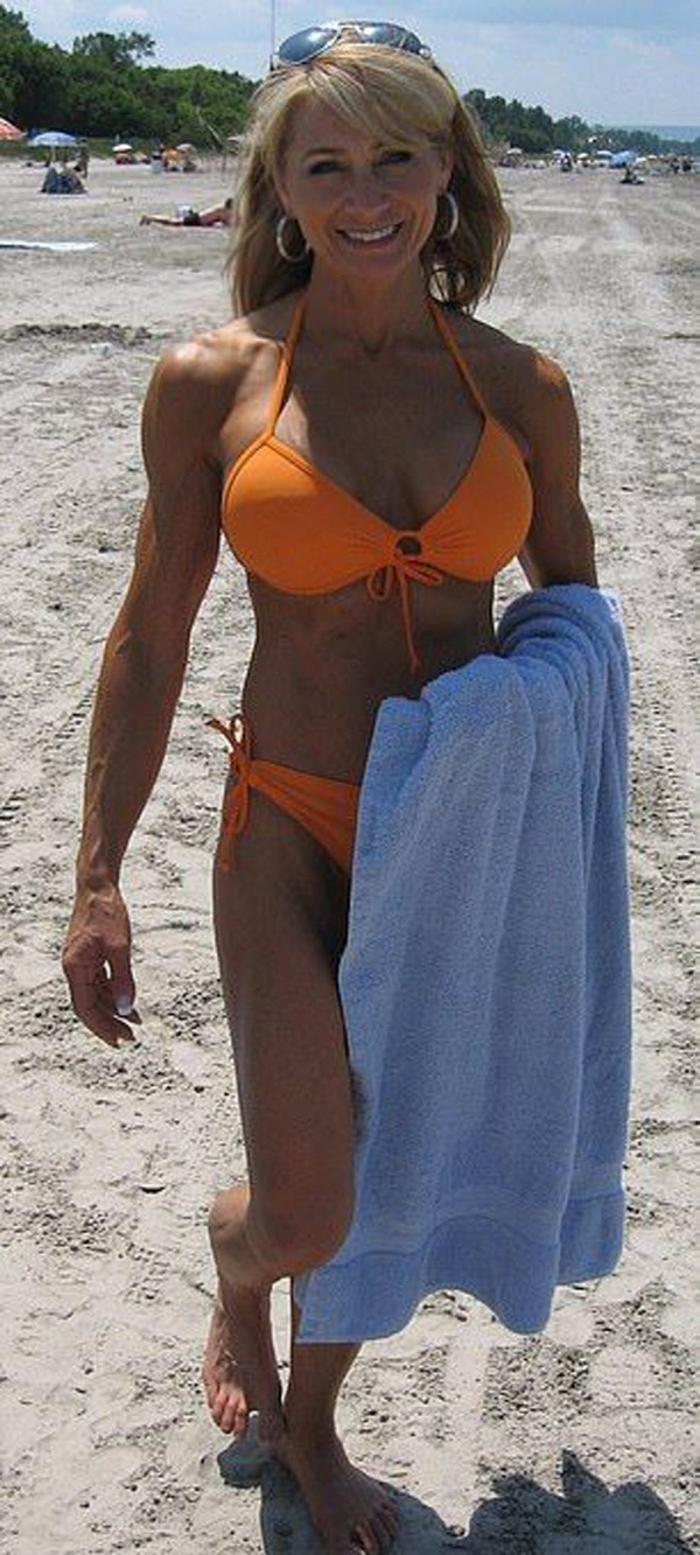 61-летняя бабушка-бодибилдерша кружит головы мужчинам (12 фото)