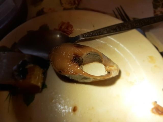 Неприятная находка в маринованной сельди (5 фото)