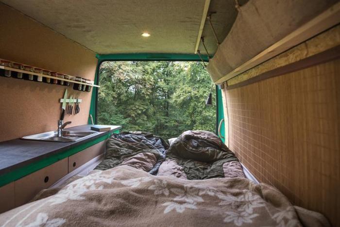 Уютный и комфортный дом на колесах из 16-летнего фургона (12 фото)
