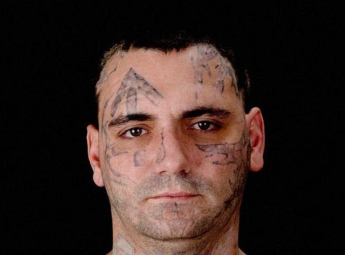 С рождением ребенка бывший скинхед решил удалить с лица тату (9 фото)