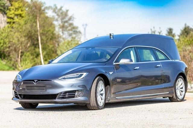 Норвежец сделал из Tesla электрокатафалк и продает его (9 фото)