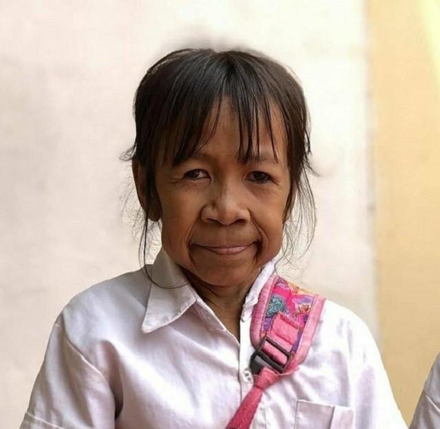 Почему на этой миниатюрной бабушке школьная форма? (4 фото)