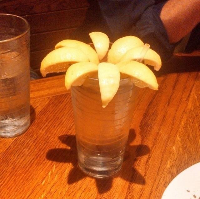 Официанты и бармены которые подходят к своей работе с юмором (19 фото)