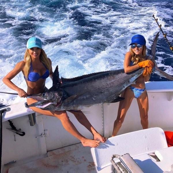"""Девушка-рыбак и ее """"крупный"""" улов (21 фото)"""