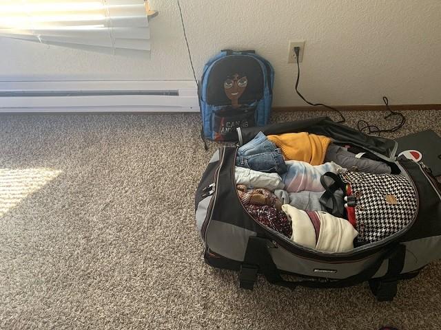 Девушка смогла сложить целую комнату вещей в одну сумку (11 фото)