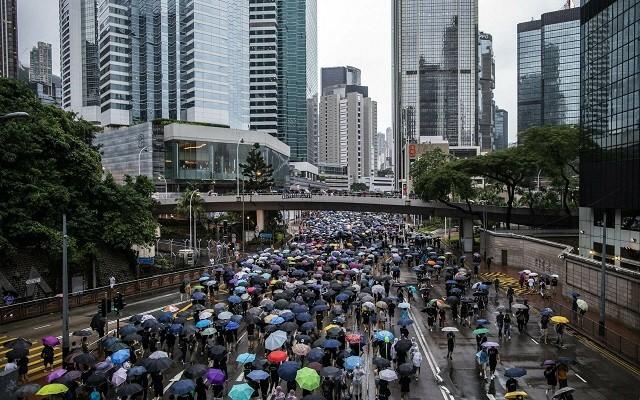 Сотни тысяч людей вышли на мирную акцию протеста в Гонконге (9 фото)