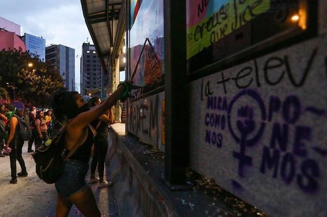 В Мексике прошла масштабная акция протеста против полицейского (8 фото)