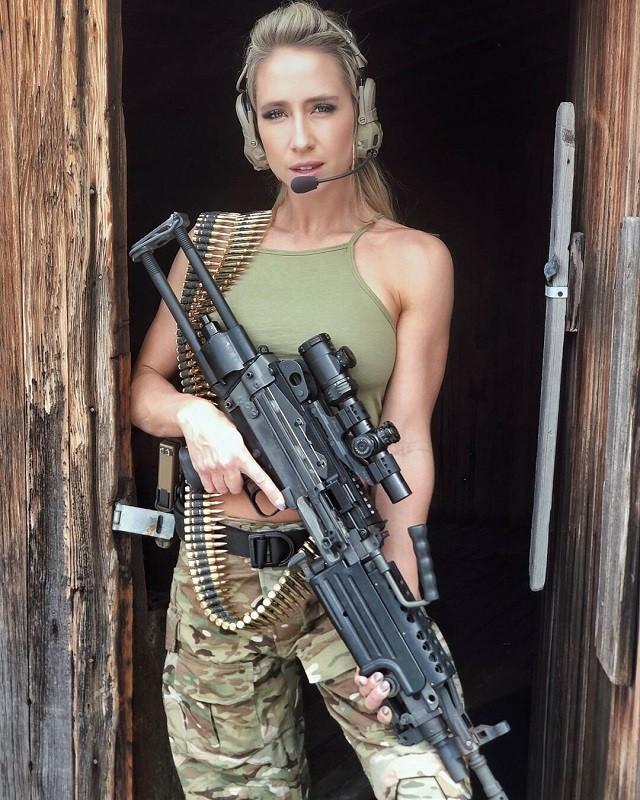 Американка Кейси Карри - страстная поклонница оружия (19 фото)