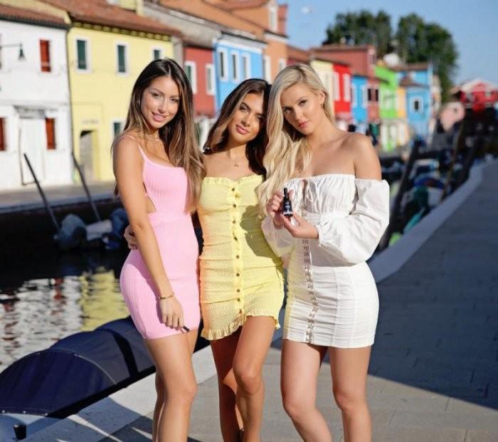 Девушки в обтягивающих платьях (34 фото)