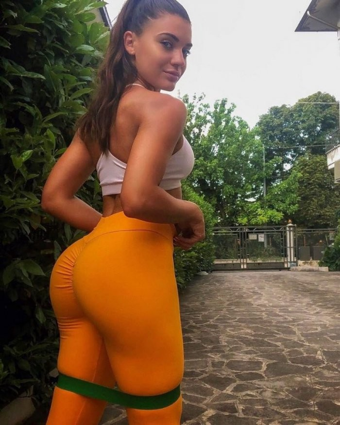 Новые засветы 23.08.2019: Девушки в спортивных штанишках (32 фото)