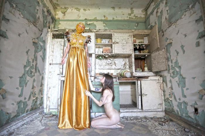 Фотограф превращает заброшенные места в страшные фантазии (23 фото)