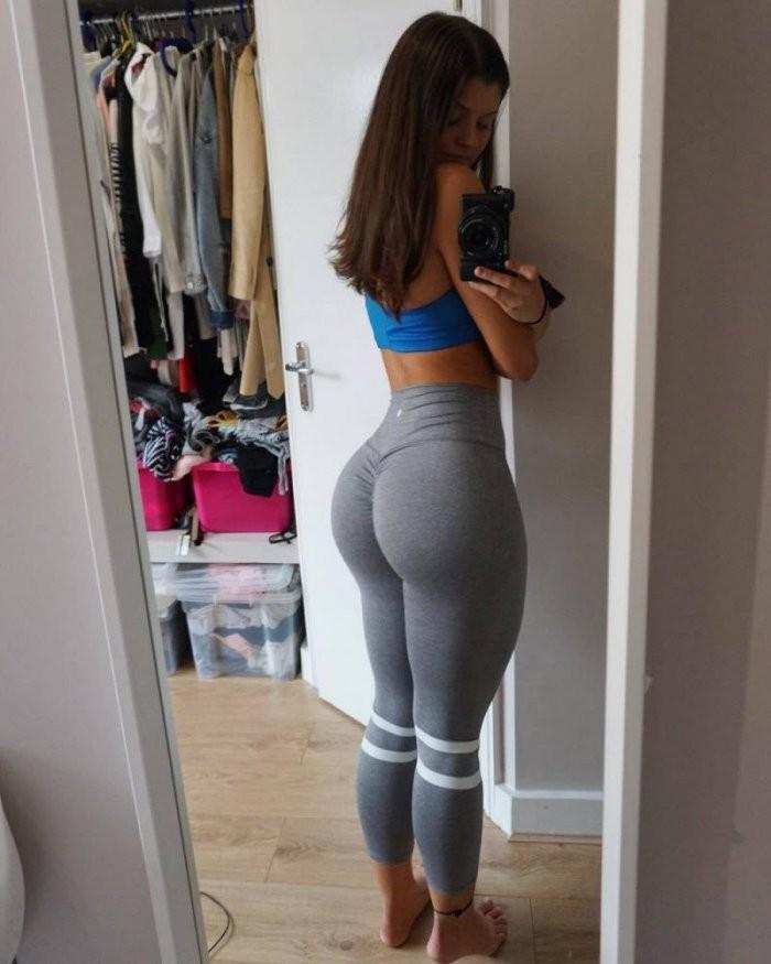 Девушки в спортивных штанишках (32 фото)