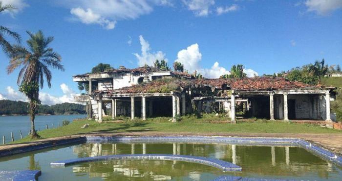 Шикарный особняк Пабло Эскобара превратился в площадку (8 фото)