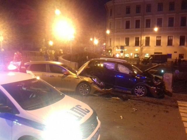 В результате столкновения двух автомобилей пешеход упал в реку (9 фото)