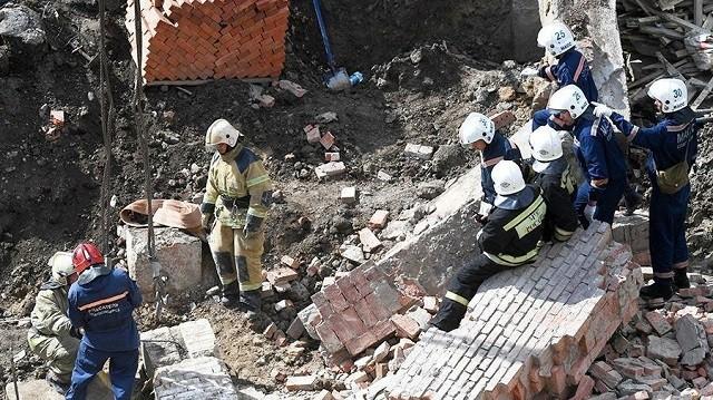 В Новосибирске стена обрушилась на рабочих (4 фото)