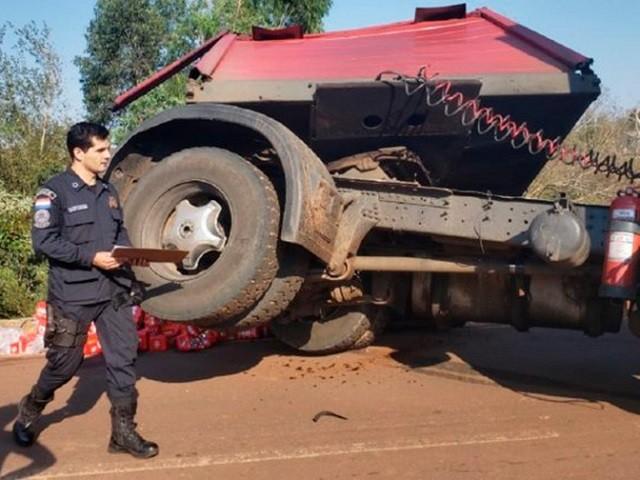 В Парагвае перевернулся грузовик с пивом и порадовал местных (3 фото)