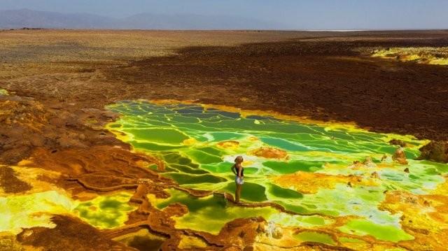 """Опасная прогулка по """"космическим"""" серным озерам в Эфиопии (6 фото)"""