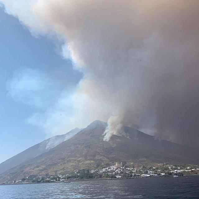 В Италии вновь произошло мощное извержение вулкана Стромболи (3 фото)