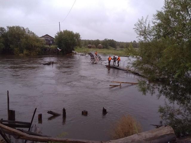 На Урале мост, который жители ждали в течение 2 лет сломался (4 фото)
