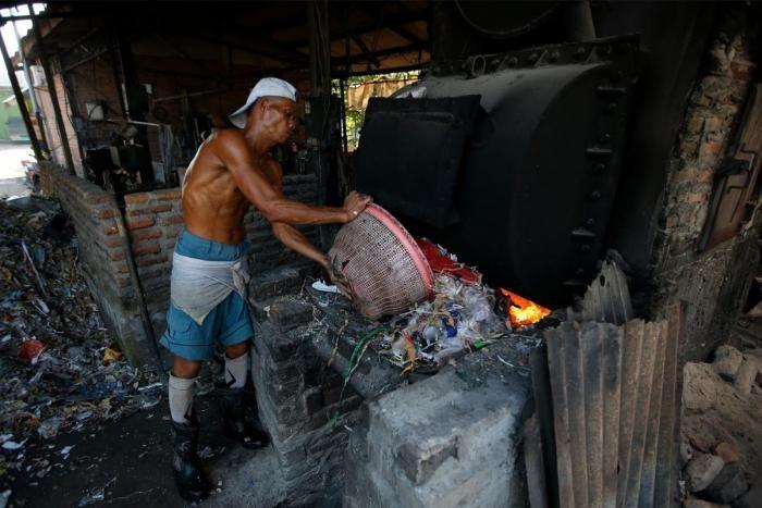 Индонезийская деревня выживает за счет импортного мусора (26 фото)