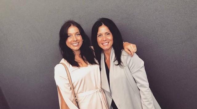 44-летнюю маму и ее 24-летнюю дочь часто принимают за сестер (10 фото)