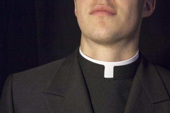 Зачем католическим священникам белый воротничок (4 фото)