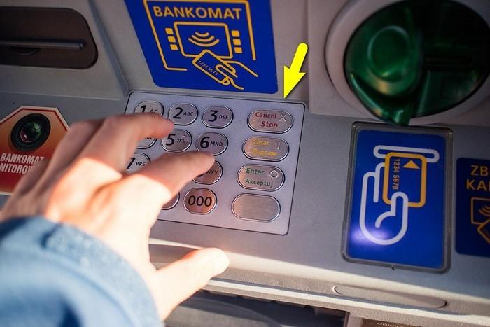 Хитрости жизни: что делать, если банкомат не возвращает карту (4 фото)