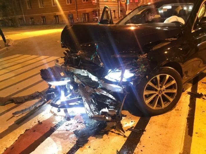 Водитель «Калины» поехал на красный и поплатился (4 фото)