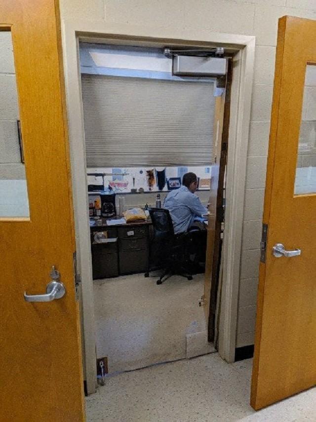 Преподаватель, чьи двери всегда открыты для учеников (2 фото)
