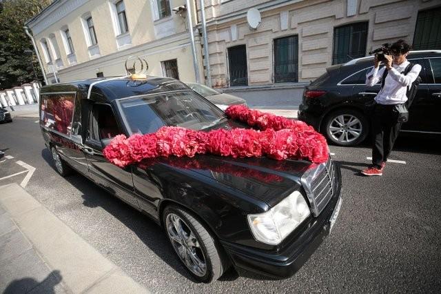 Собчак и Богомолов поженились, а из ЗАГСа уехали на катафалке (4 фото)