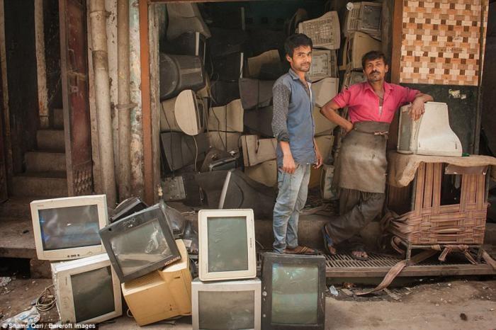 Жизнь на индийском кладбище компьютеров (14 фото)