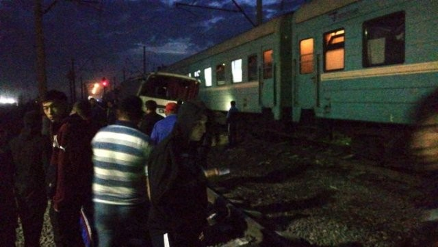 Поезд протаранил автобус в Алматинской области (2 фото)