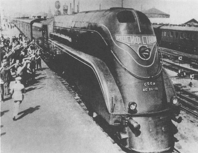 Стимпанк-мотоцикл, стилизованный под советский паровоз (7 фото)