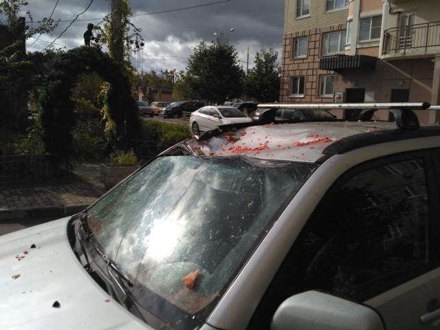 В Подольске на крышу автомобиля с 14 этажа сбросили арбуз (4 фото)
