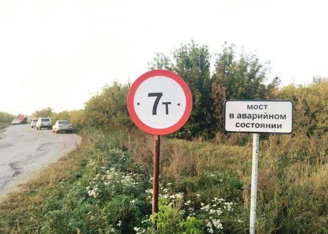 «Немного» перегруженный «КАМАЗ» проломил мост (5 фото)