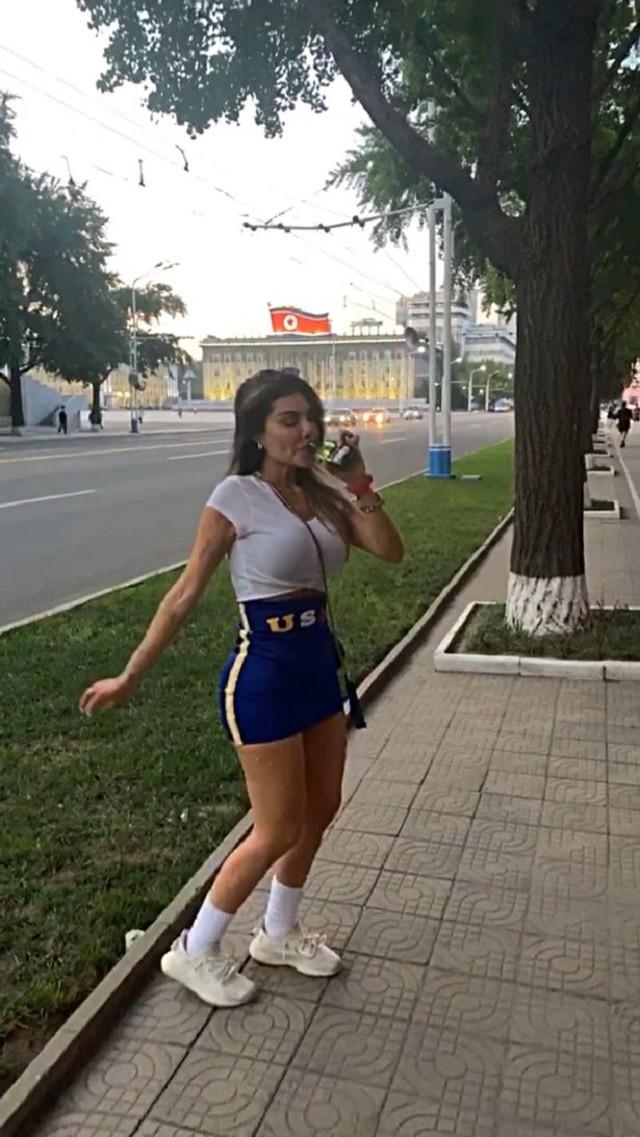 Оторва из Бразилии украла фуражку у военного в КНДР (6 фото)