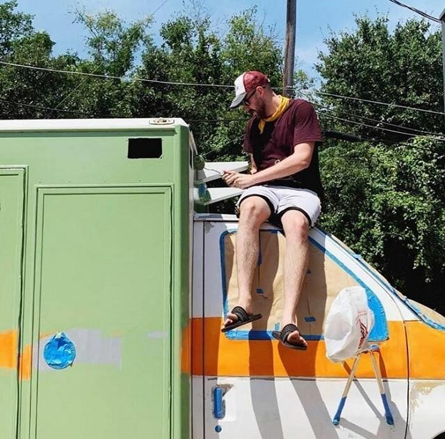 Американец переделал старую машину скорой помощи в жилище (19 фото)