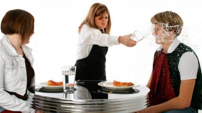Случаи, когда можно не оставлять «на чай» официанту (5 фото)