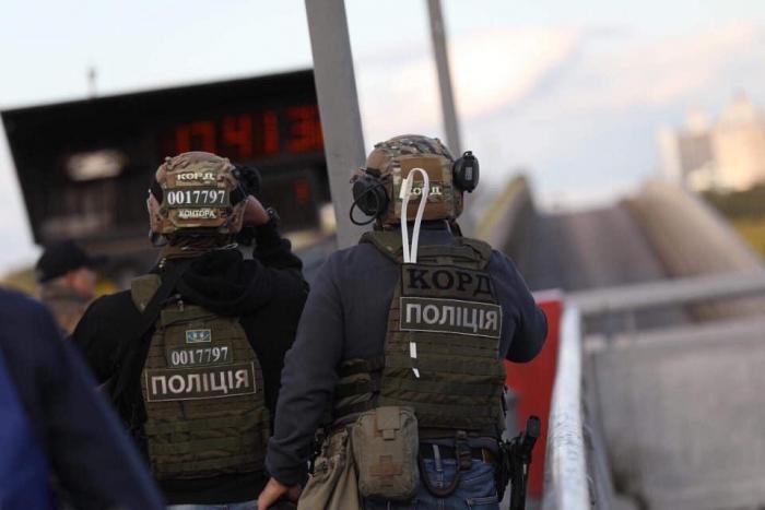 Опубликовано задержания мужчины, угрожавшего взорвать мост (6 фото)