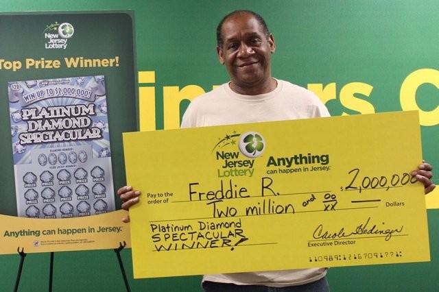 Сборщик мебели выиграл в лотерею два раза подряд (2 фото)