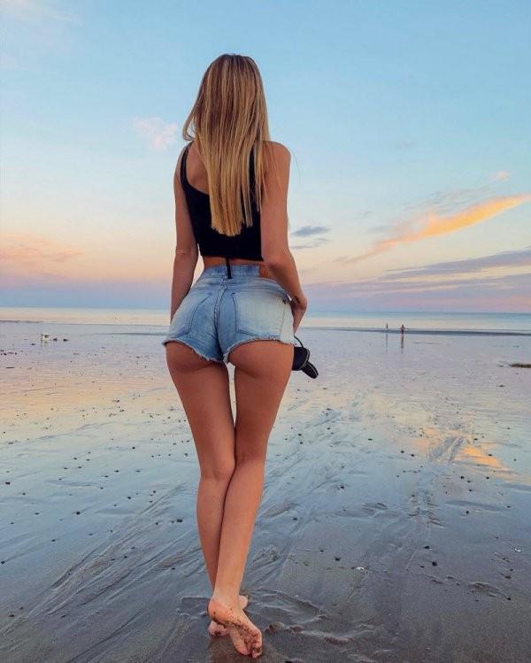 Девушки в обтягивающих джинсах и шортах (35 фото)