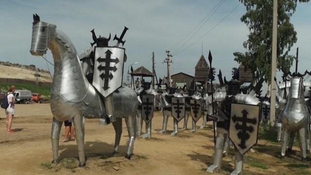 Из свалки сделали средневековую достопримечательность (6 фото)