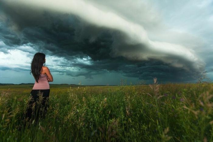 Женщину фотографируют на фоне торнадо (13 фото)
