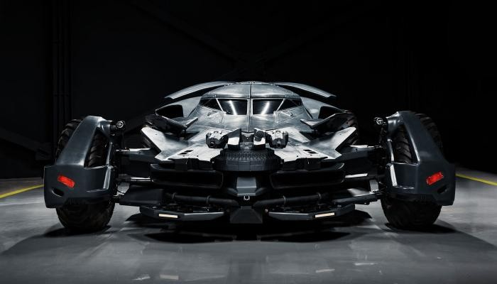В Москве на продажу выставили Бэтмобиль с двигателем от танка (5 фото)