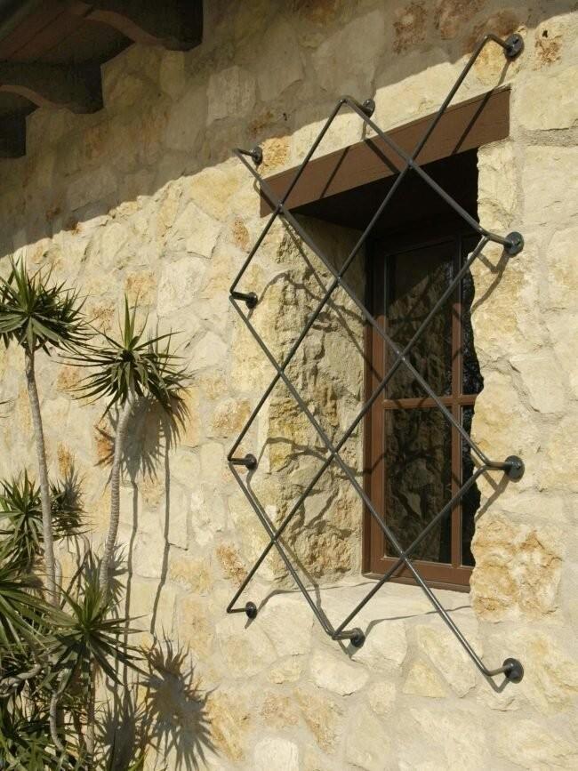 Решётки на окнах с необычным дизайном (20 фото)