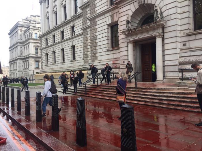 Экоактивисты хотели облить кровью казначейство в Лондоне (6 фото)