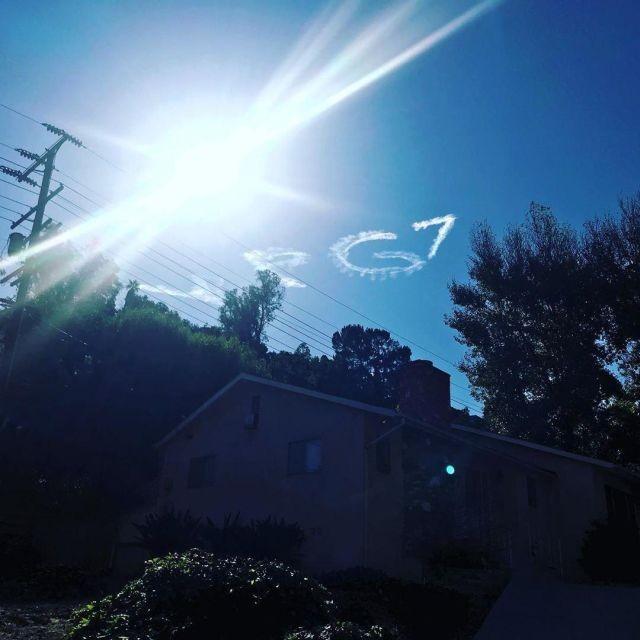 В небе над Лос-Анджелесом написали поздравление Путину (3 фото)